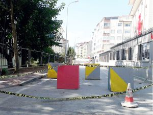 MAHALLE SAKİNLERİ BARİYERLERE TEPKİLİ