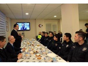 VALİ ŞENTÜRK POLİSLERLE İFTAR AÇTI