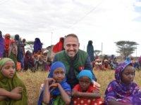 BOZÜYÜK'TEN KENYA'YA YARDIM DAĞITMAYA GİTTİ