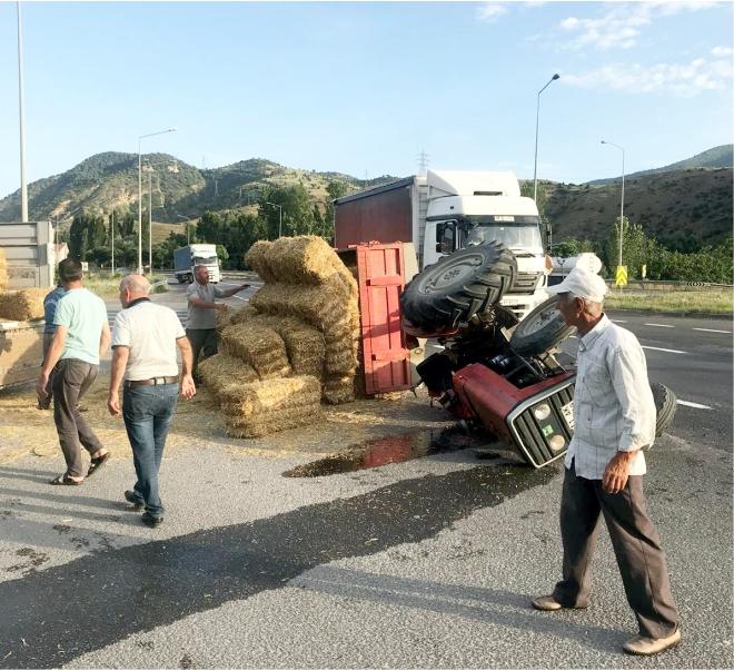 saman-balyasi-yuklu-traktor-devrildi2.jpg